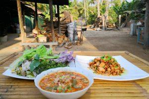 Essen mit Einheimischen in Kambodscha