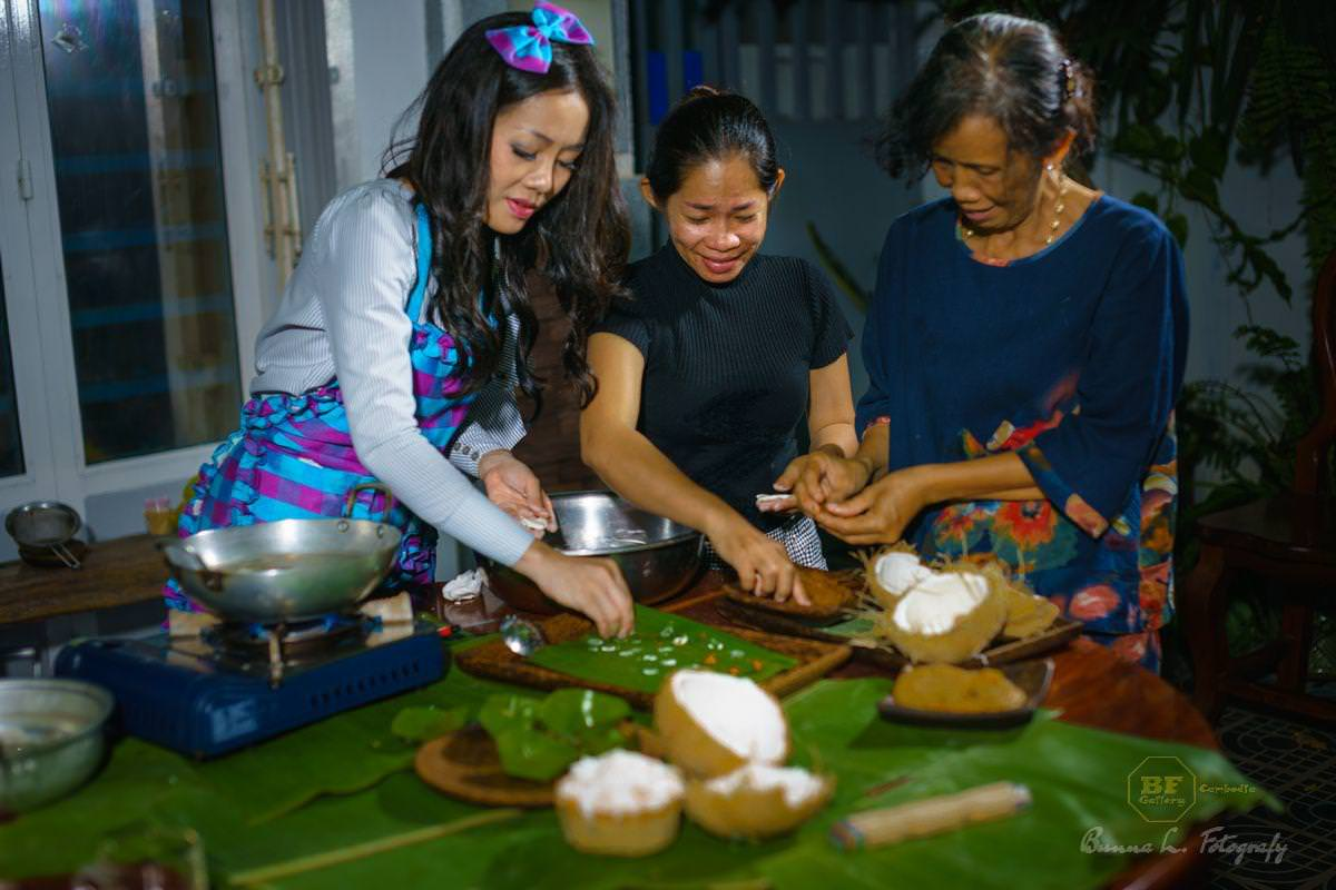 The whole family helps preparing the Khmer dessert