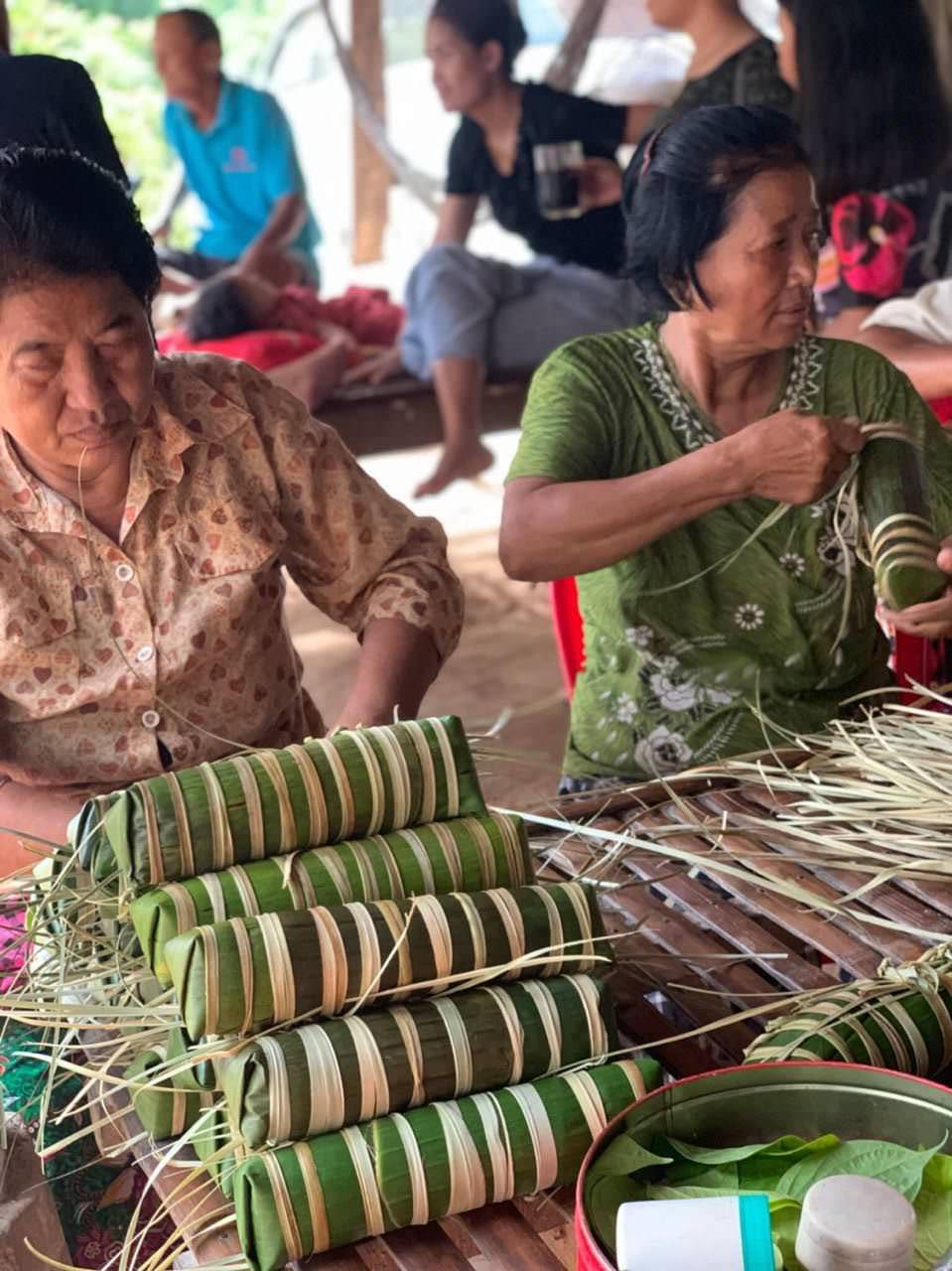 Khmer women making Orn Som