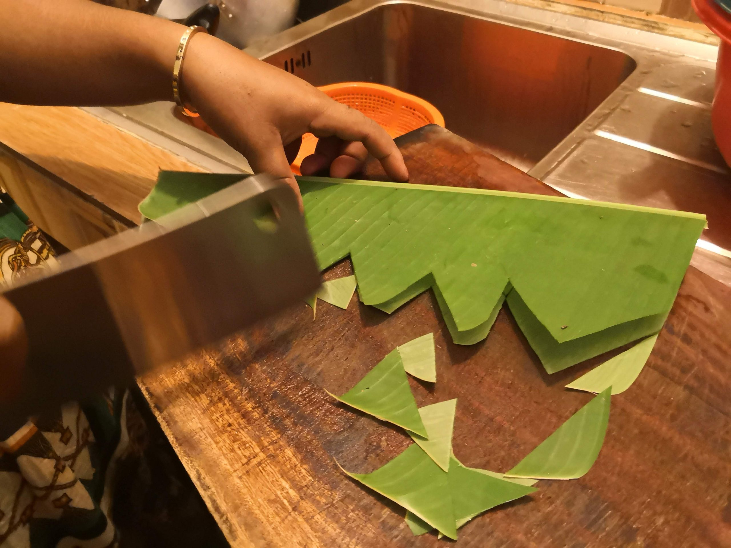 Learn how to decorate with a banana leaf